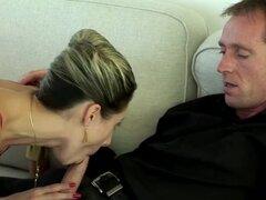 Sensual esposa se pone traviesa con su marido. Caliente rubia esposa con grandes malabares disfruta de una increíble acción hardcore con su marido. Sexy nena le encanta la acción de montar a la polla, pero lo que más le gusta es tener su arrebato húmedo g