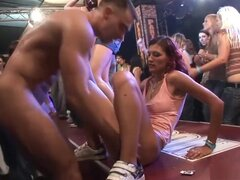 Loco porno en video porno brasileña, rubia impresionante, ver un cierre para arriba de una tope de burbuja grande, montando un pene doblado encima de una mesa con un grupo de personas animándoles, mientras otra chica rubia, caliente está doblada contra la