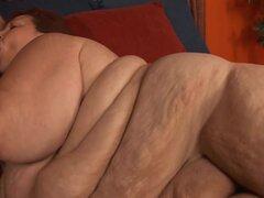BBWHunter Video: Mejillas dulce. BBW dulces mejillas nos asombró a todos con sus lindos trozos de grasa y enorme trasero. Ella empieza con un pequeño striptease y atrae a este amante gordita caliente con su cara bonita y enormes pliegues de grasa. El chic