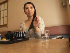 Mujer casada aparecen en AV, bueno, nunca es demasiado tarde en la vida para tratar de aparecer en un video porno. Aquí está madura actriz Tsuyako Yoshino jugando a una mujer casada que quiera aparecer en su primer video de adulto.