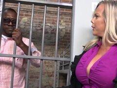 Amber Lynn Bach se folla a un chico negro en una prisión. Amber Lynn Bach nunca ha estado con un hombre negro antes y puesto que ella encuentra a Moe lindo, ella lo detuvo. La rubia tetona MILF está dispuesta a permitir que Moe se fuera de la cárcel, si é