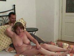 La abuela se lo toma con fuerza por detrás. La abuela se lo toma con fuerza por detrás
