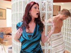 Caliente y cachonda Tiffany Mynx coge el tio que sale de la ducha para follar le