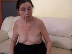CALIENTE abuela muy sucio con su novia masturbándose el coño