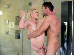 Rubia adolescente consigue una cogida rapidito áspero en la ducha. Rubia tetona Hadley Viscara tienta a su padrastro con sus tetas grandes y sin darte cuenta ella seduce a este más viejo hombre en darle la dicking de toda la vida