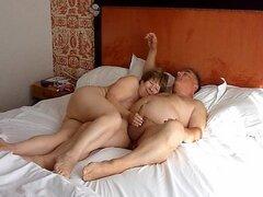 Maridito chupado y masturbado por su mujer madura