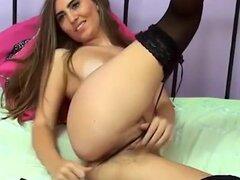 Sexy webcam chica masturba su coochie peludo jugoso, friendwn pelo webcam hottie, uso de medias, es cada vez traviesa en el dormitorio. Ella extiende sus piernas amplia y dedos su peluda vagina hasta que se vuelve cremosa.