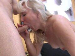 Madura madre consigue sexo anal con joven amante. Madura madre consigue sexo anal con joven amante