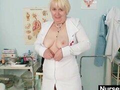 Grandes tetas anciana en coño peludo dedos uniforme