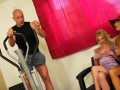 Instructor de gimnasio engaña a dos mujeres en un uno de un trío de clase en las instalaciones - Mia Hilton, cachorro de Victoria