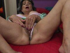 Puta madura caliente masturbandose en cama