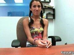 Hermosa chica latina se sentó en una silla, Parte3