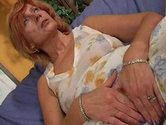Abuela pelirroja masturba su vagina peluda. Abuela pelirroja Susan de masturba a su twat unshaved.