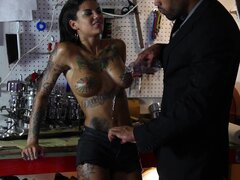 Gran puta tatuada Bonnie Rotten consigue el culo perforado por Karlo Karrera - Bonnie Rotten, Karlo Karrera