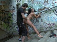 Mundo famosa Dominatrix abajo en su rodillas gateando desnuda por calles de Europa, el uno, el único, Sandra Romain se somete a la humillación pública. Este es el único lugar en la red donde se puede ver este mundo que famoso dom trajo con ella las rodill