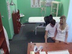 Enfermera caliente follando tio musculoso en el hospital. Tio musculoso entró en el hospital para el examen y obtenido mamada enfermera Rubia cachonda luego lamió y follada su coño mojado hasta corridas