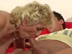 Madre cachonda Marta spunked por youngman
