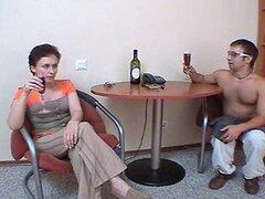 18 madre rusa morena madura con un joven