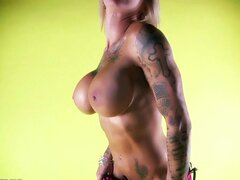 Mujer caliente muscular muestra su cuerpo