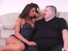 Un chico gordo es Cornudo por su caliente novia le hace usar un strapon
