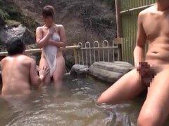 Japonesa AV modelo es una milf caliente con grandes tetas en el baño al aire libre, chica japonesa AV modelo es una vista con su culo perfecto y tetas grandes. Ella está en el baño al aire libre cuando este caliente tio se une a ella. Ella le da un poco t