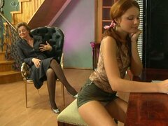 Dulce coño joven seducido por abuela lesbiana caliente