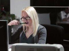 Lola Taylor sensación sexual de la tensión en el aire en la oficina, deepthroats polla grande y luego se dobla sobre su escritorio para que él puede cogerla duro ahí en su oficina!