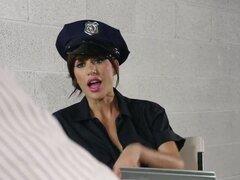 Tetas grandes en uniforme: Gia sucio. GIA es un policía tan sucio como vienen. Ella es advertida numerosas veces, pero ahora ella es capturada siendo corrupto en la cinta. Ella tendrá que ir de CP sucio a puta sucia a Johnny los cargos en su contra.