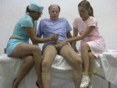 Médico y su enfermera curaron y endurecen un gallo mal de s de hombre viejo