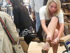 Chica rubia upskirtvoyeured en la tienda de zapatos., lindo bimbo rubia estaba sentada en el Banco poco en la tienda de zapatos en varias clases de zapatos. Ella no tenía idea que era alguien voyeuring en su mirada sexy ver falda.