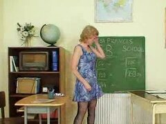 Madura Amateur maestra digitación su coño en el aula