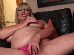 Abuela británica gorda masturbándose y mostrando habilidades. Abuela británica gorda masturbándose y mostrando habilidades