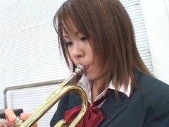 Cosplay porno: Parte de trompeta de la escuela 1. Inocente colegiala asiática está practicando juego de la trompeta solos en el salón de clases cuando sus compañeros caminan y toman ventaja de la situación, seducir a la chica en un crazy gang bang