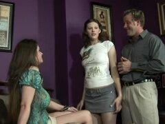 Madre cachonda se pone entre su hija y su BF en un trío FFM