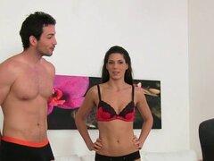 El agente tiene trío con la pareja de españoles. Sexy agente femenino europeo entrevista sexy pareja española en el amor y luego en el sofá de casting tiene acción hardcore trío para las cámaras