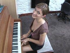 Arroyo está jugando en el piano y masturbándose