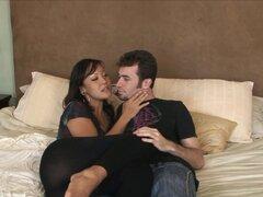 Latina hottie lamido y la clavó bien, zorra Latina Petite obtiene un lamer coño rápido y algunos golpes correcto en este caliente video de sexo de Latina HD.