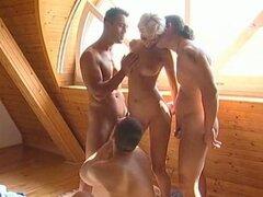 Larah con 3 chicos