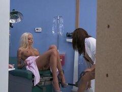 CFNM: Mirada furtiva enfermera aprende una lección. Rikki Six, Tory Lane, Tyler Nixon. Dr. Tory Lane ha tenido problemas con sus enfermeras espiar en ella en el pasado, y después ella coge él intentando buscar su falda, ella no confía en este nuevo chico