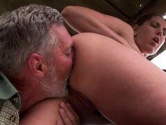 Increible video de sexo al aire libre con sexy Orsay y anciano