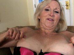 Video de AuntJudys: Annabelle, Annabelle de GILF rubia se masturba para la cámara en su lencería sexy.