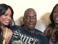 Chicas negras con culos grandes chupan la polla juntos en trío