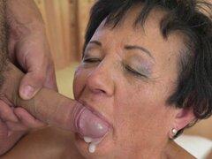 La abuela obtiene en boca. La abuela obtiene en la boca chupando y montando polla en hi def