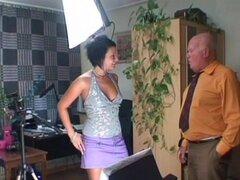 Chica con curvas con perky tetas chupar la polla de un hombre viejo - Mireck, Zuzana C