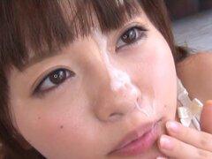 Amazing teen asiático Mei en cuarteto bukkake, Mei es una teen asiática caliente en un cuarteto caliente con tres chicos calientes! Ella es una linda teen y enérgio goza de una doble mamada y recibiendo cargas de cum en su cara bonita cuando ella se hace