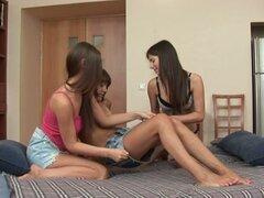 Múltiple inserción de consolador culo con tres chicas lesbianas