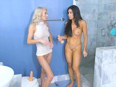 Nikki Capone y Molly Mae comenzaron un concurso de mierda de dildo - Nikki Capone, Molly Mae