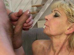 Rubia abuela Irene obtiene su arrancada peluda lamió y follada por detrás