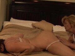 Sexy lesbiana guarra con coño mojado recibe un buen beso negro, algunas chicas llegar al clímax sólo después de que se su culo lamido por otra mujer. La lesbianas de este video hd como acción porno y uno hace el beso negro.
