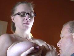 Embarazada madura con pezones grandes
